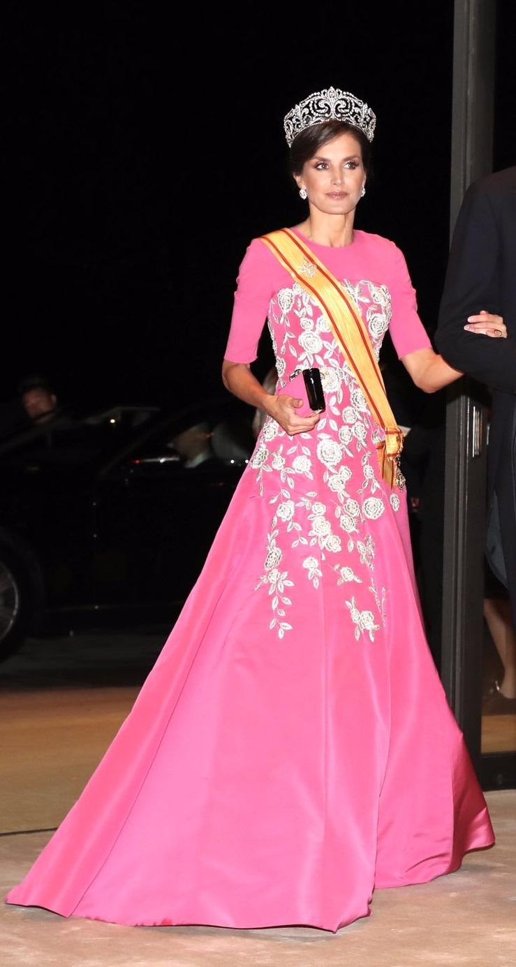 الملكة ليتيسيا في اطلالة ملكية ساحرة في فستان باللون الزهري