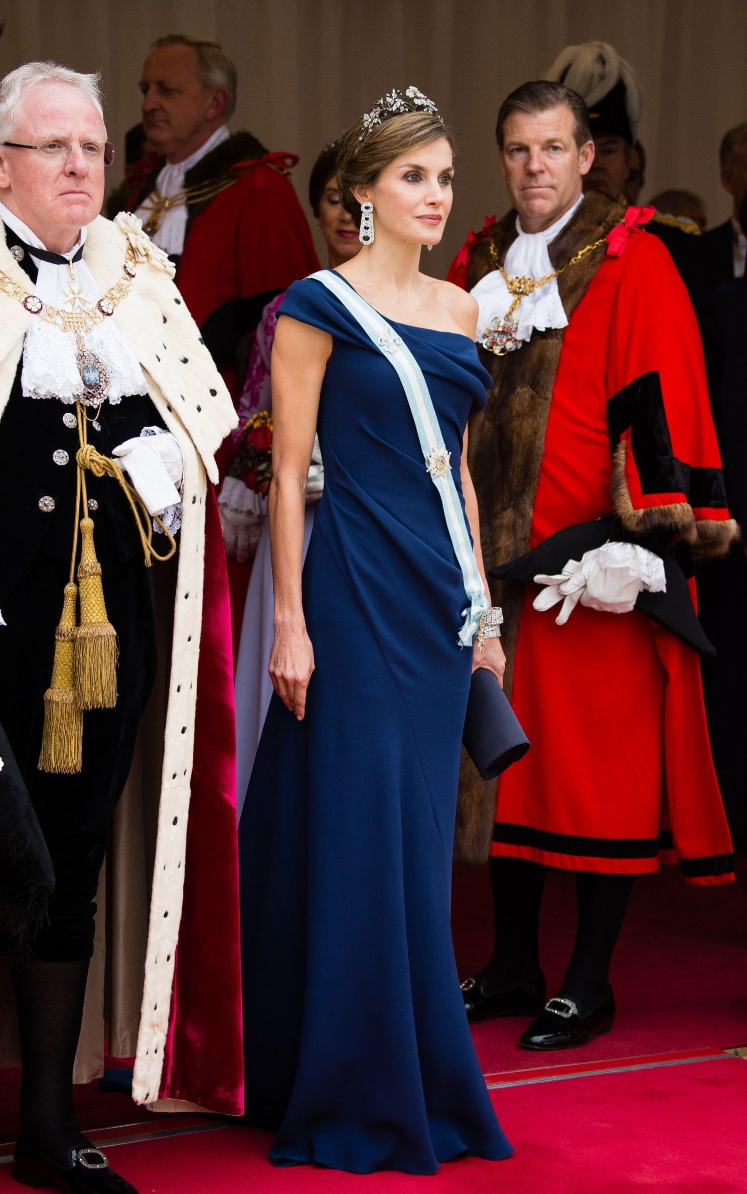 الملكة ليتيسيا في اطلالة راقية في فستان أزرق كتف واحد