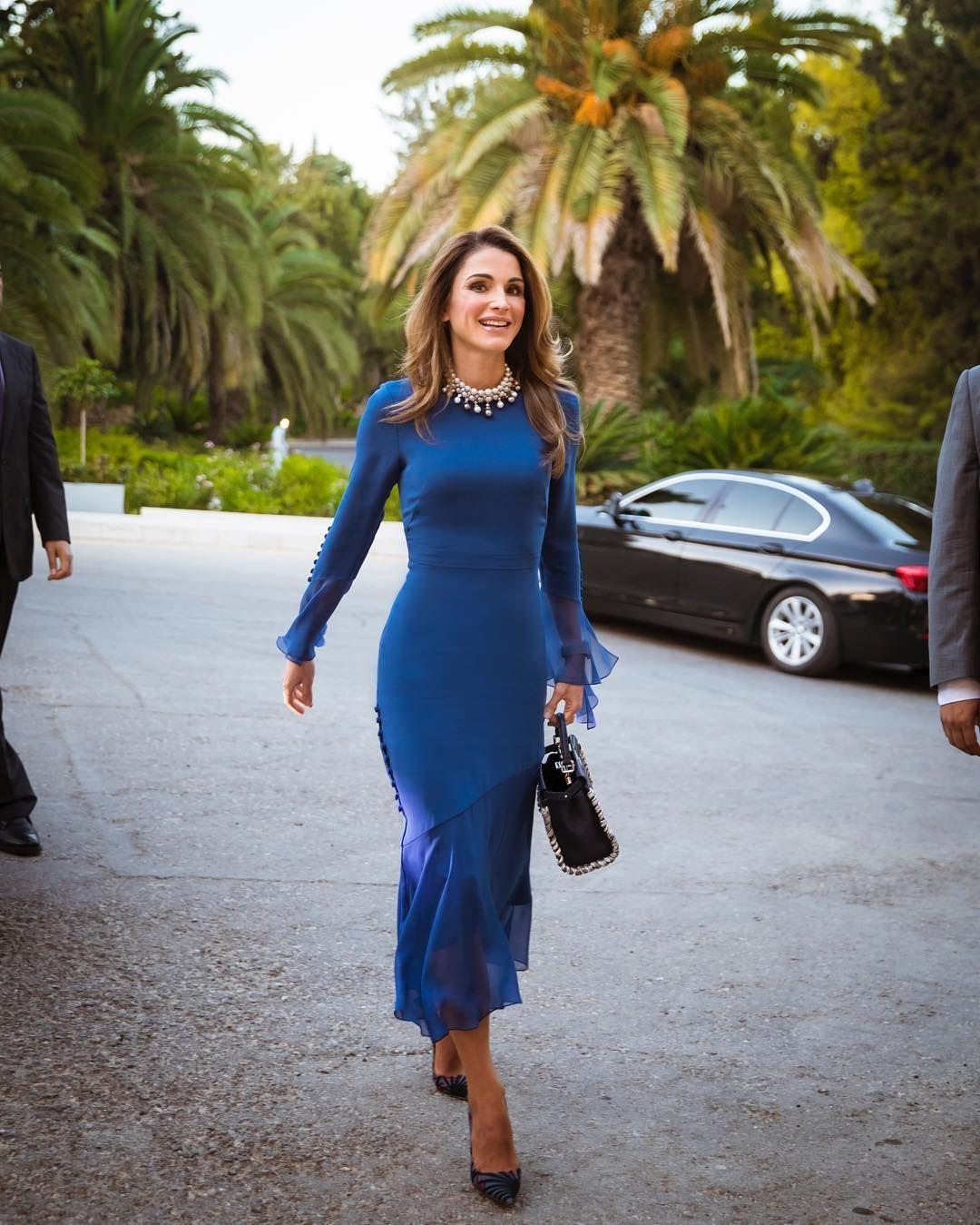 الملكة رانيا أنيقة في فستان باللون الأزرق