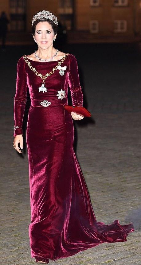 الأميرة ماري في اطلالة راقية في فستان من المخمل