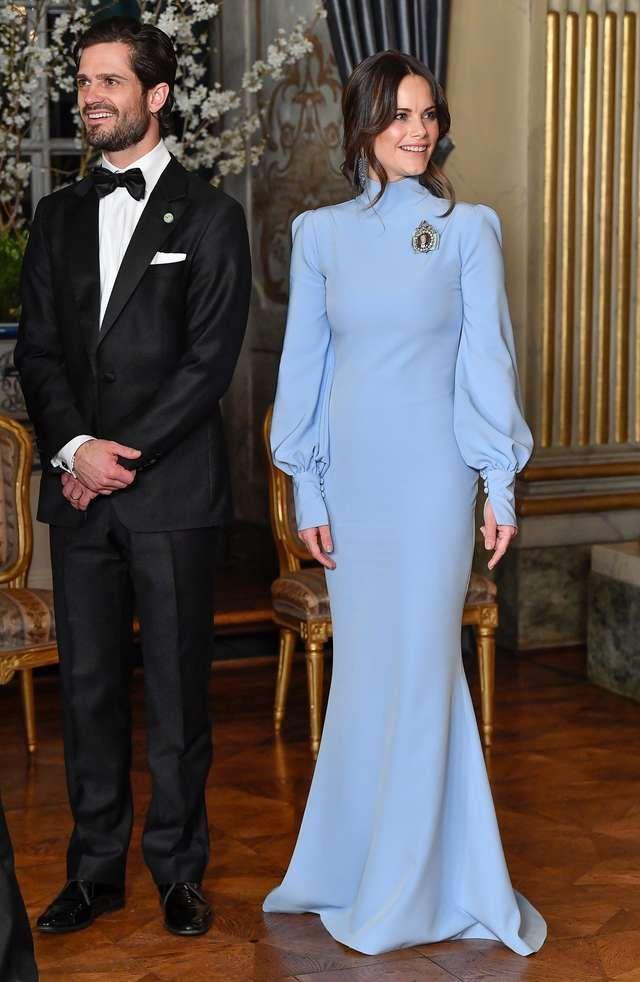 الأميرة صوفيا في فستان أزرق محتشم بتصميم ناعم