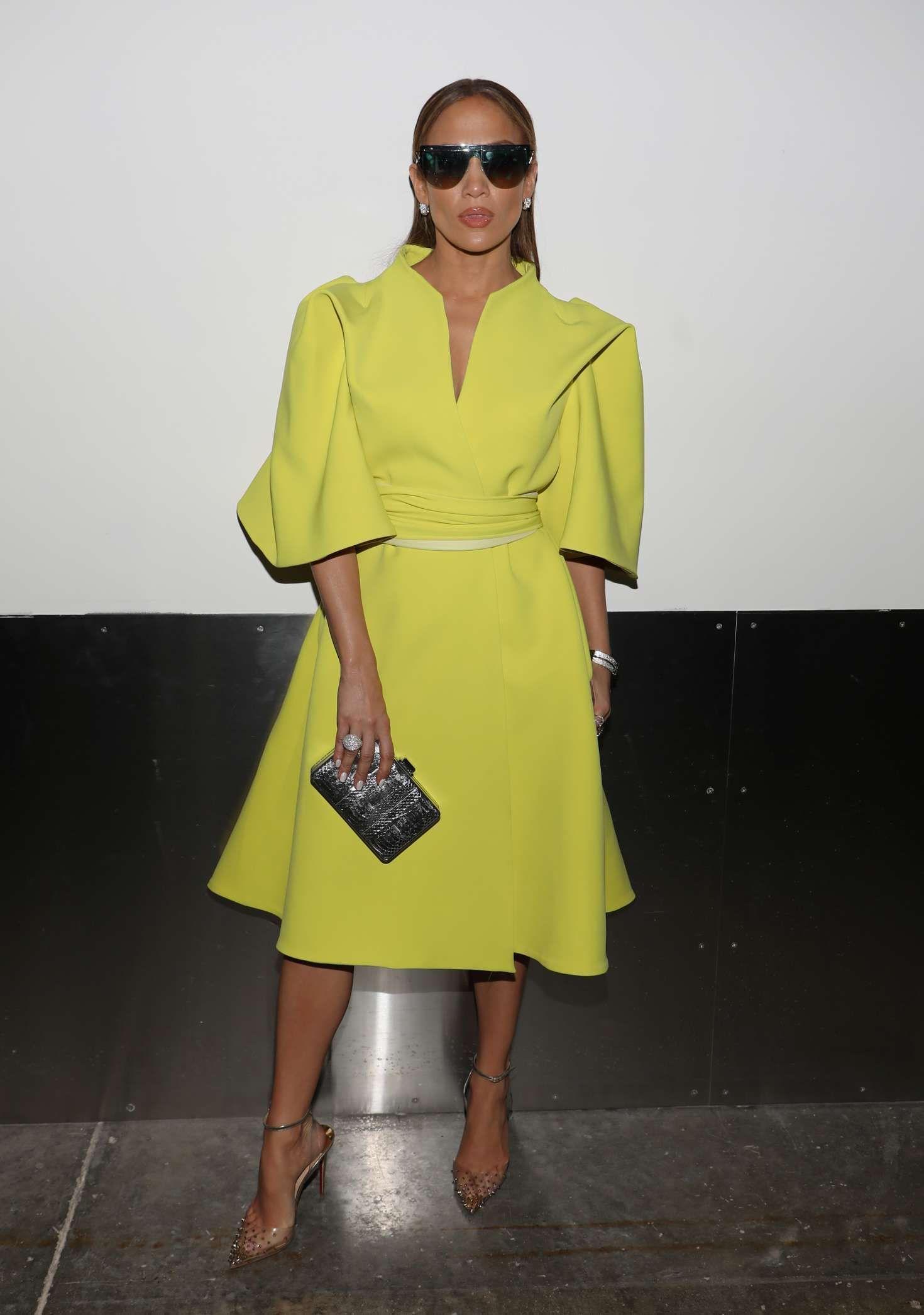 لوك جمع بين الأناقة والعصرية في فستان أصفر نسقته جينيفر لوبيز