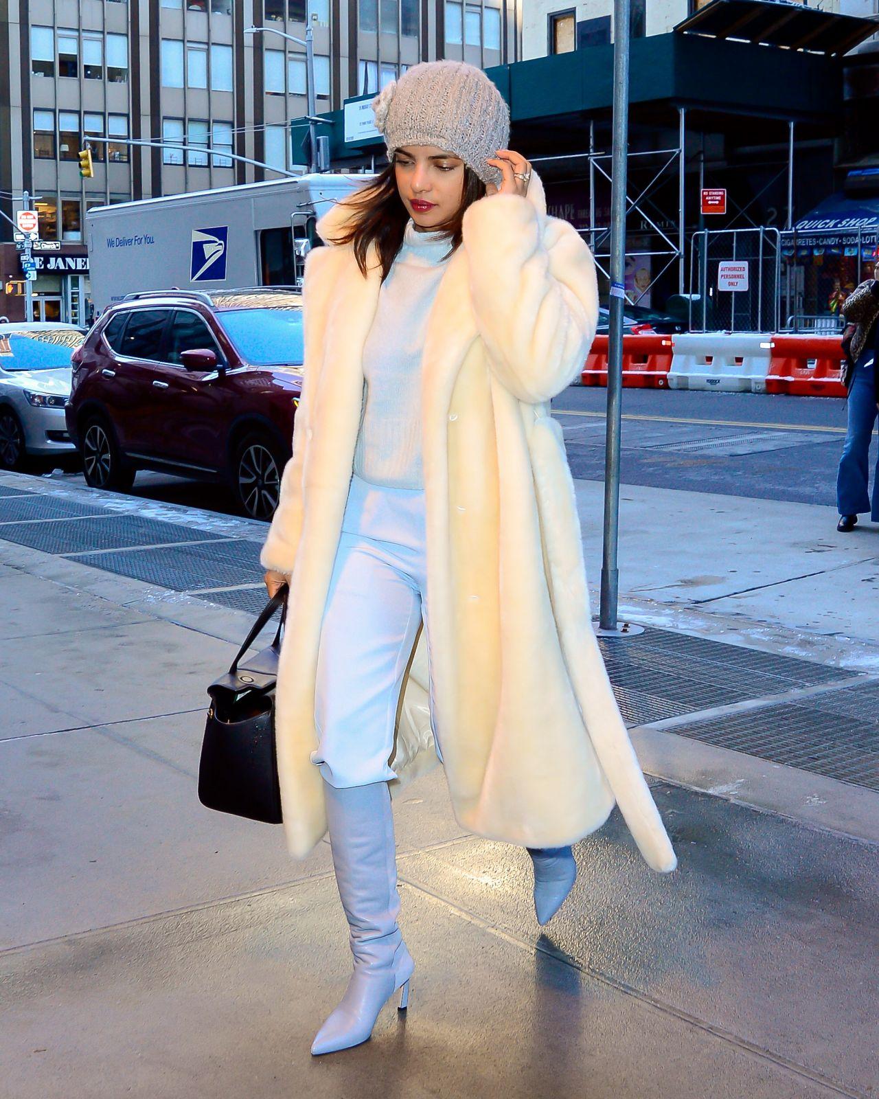 لوك شتوي في المعطف الأبيض نسقته بريانكا شوبرا