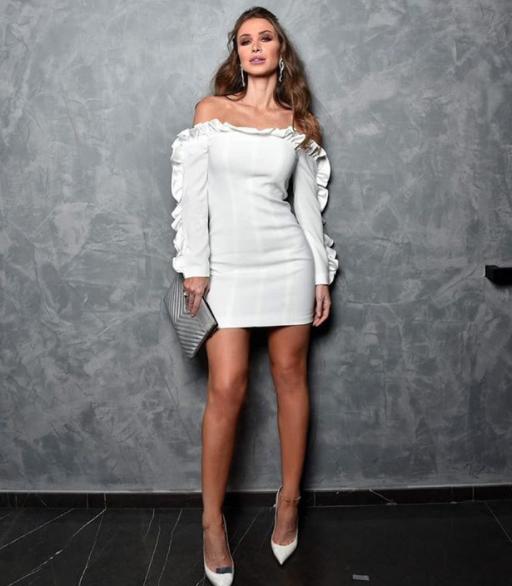 لوك عصري في فستان أبيض قصير نسقته أنابيلا هلال