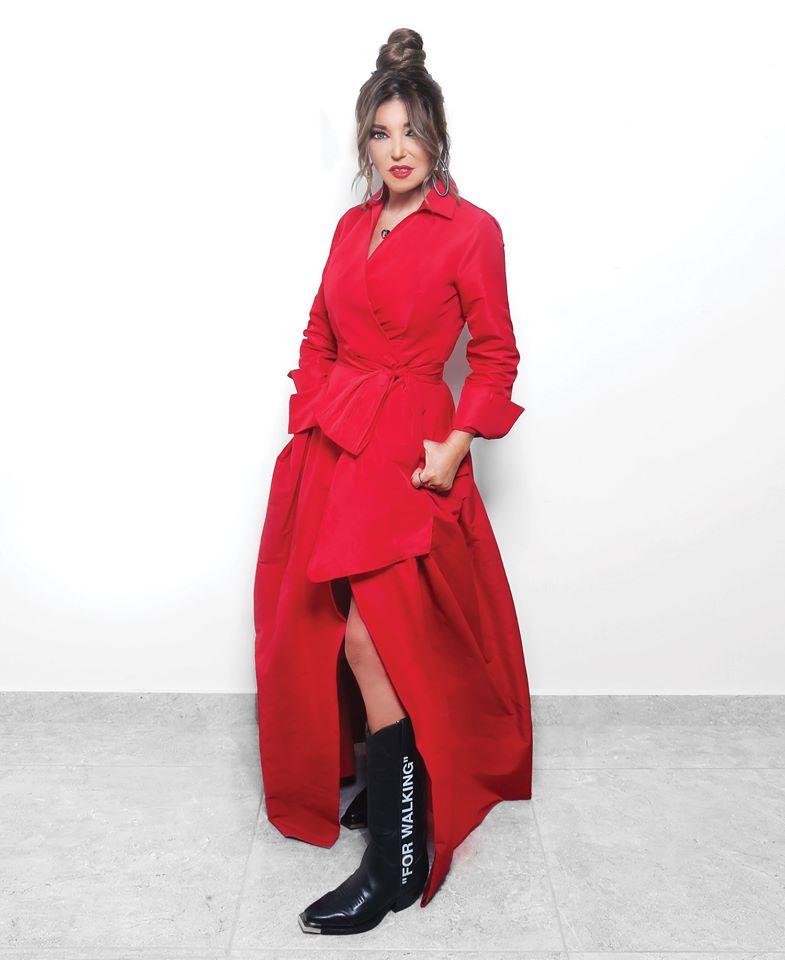لوك عصري اعتمدته سميرة سعيد في فستان باللون الأحمر