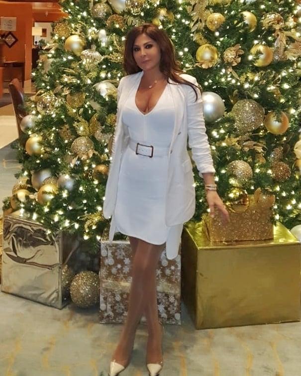 اليسا في فستان قصير باللون الأبيض