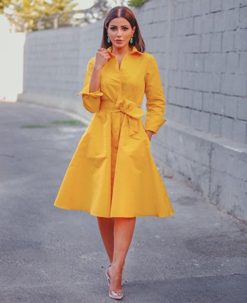 مهيرة عبد العزيز أنيقة في فستان قميص أصفر