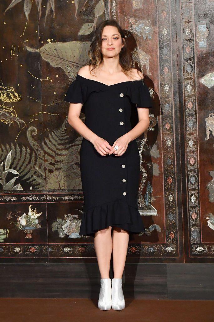 ماريون كوتيار في فستان اوف شولدر أسود
