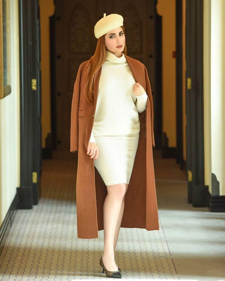 معطف طويل باللون البني اختارته نسرين طافش