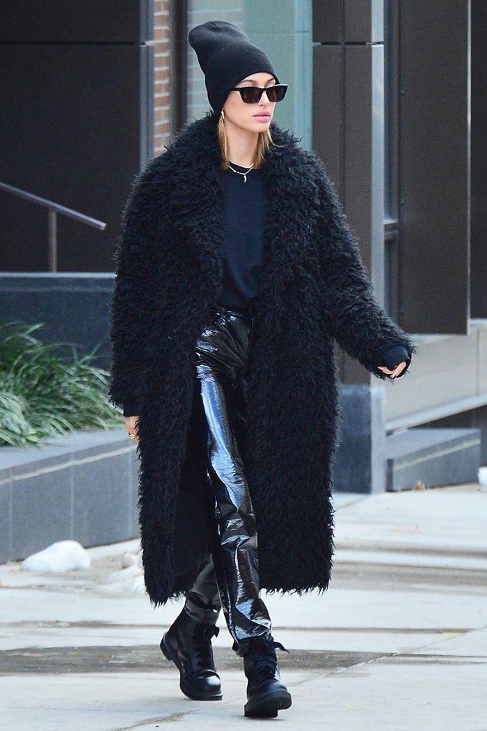 معطف طويل باللون الأسود نسقته هيلي بيبر