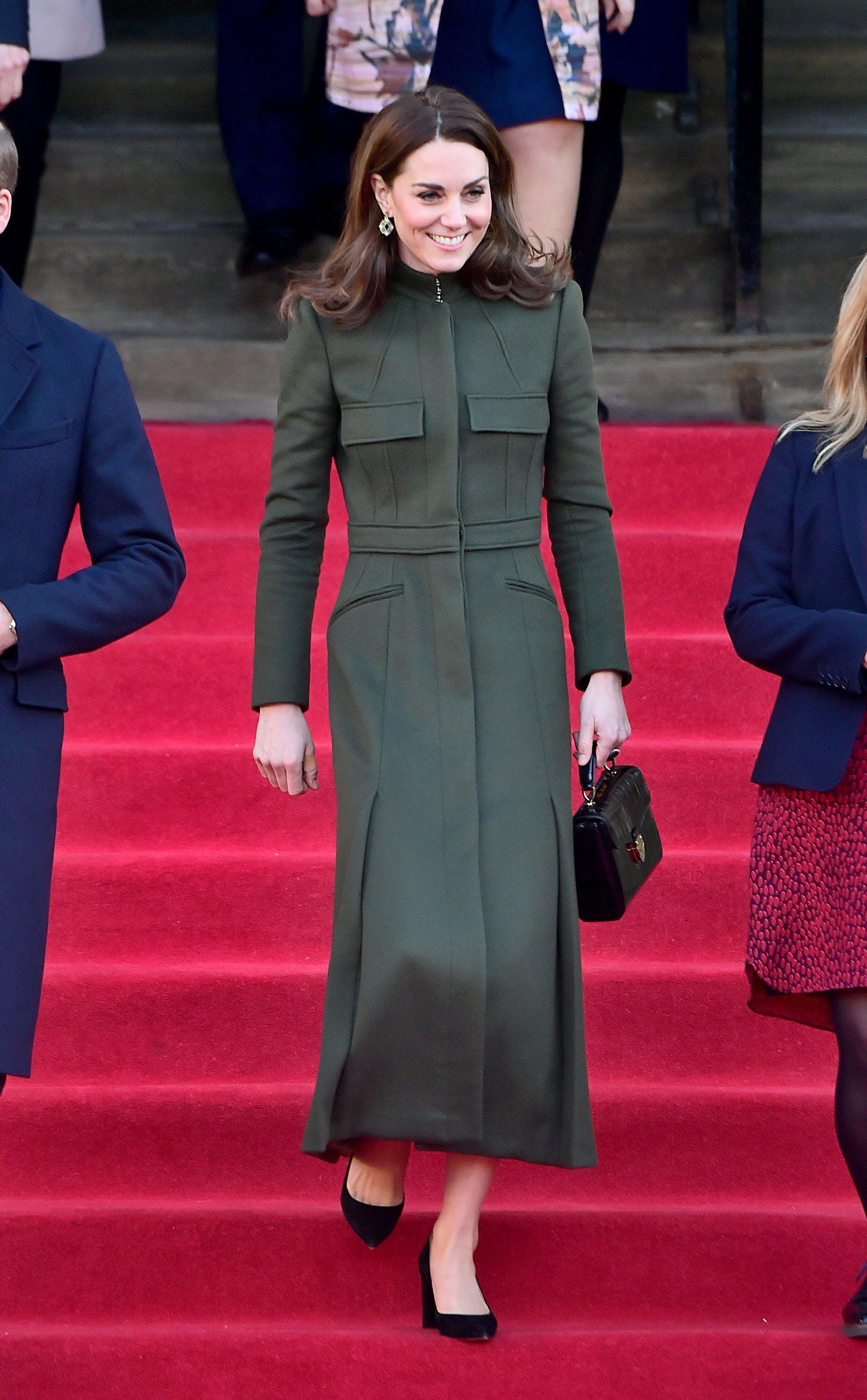 معطف طويل باللون الزيتي العسكري من الكسندر مكوين ارتدته كيت ميدلتون