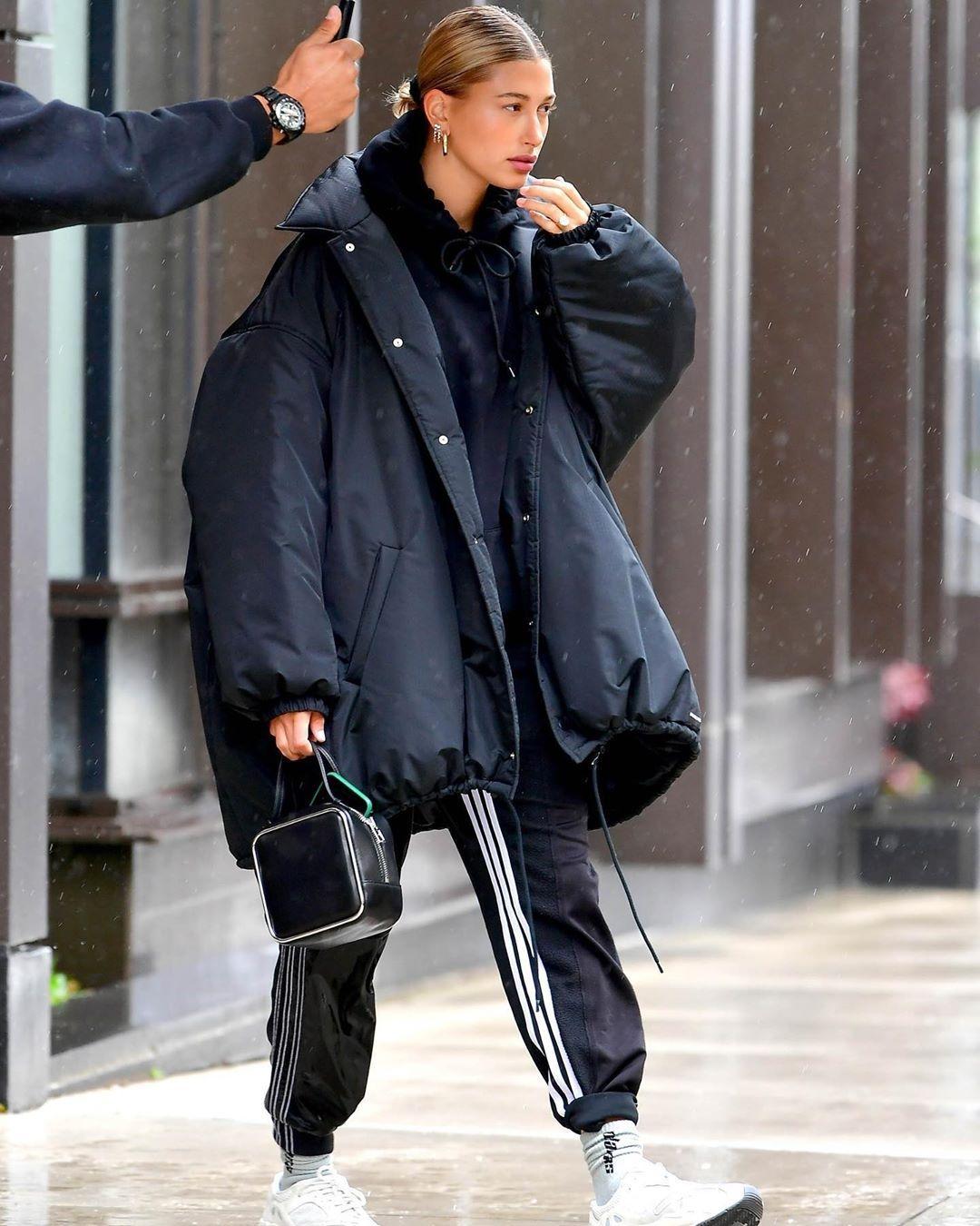 معطف اوفر سايز أسود اختارته هيلي بيبر مع اطلالة رياضية