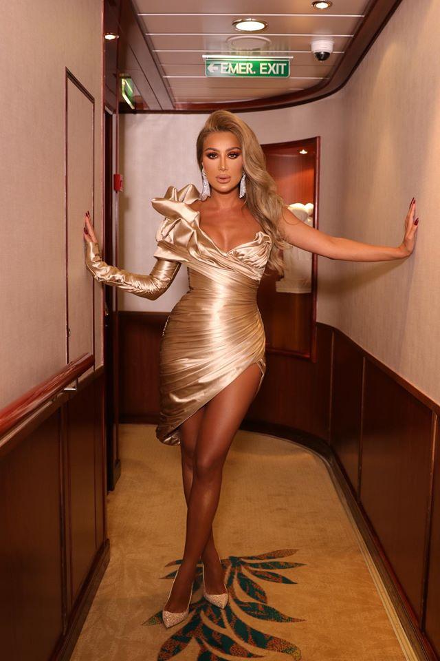 مايا دياب في فستان قصير باللون الذهبي