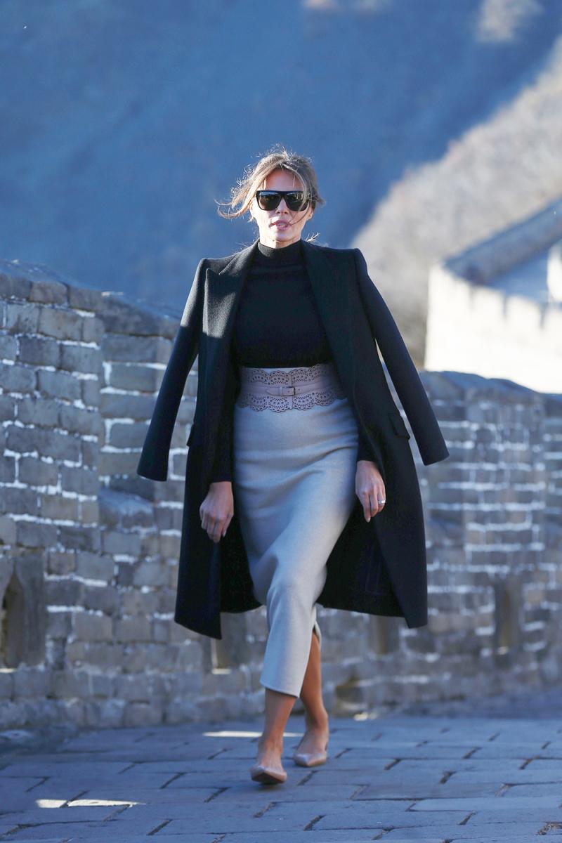 ميلانيا ترامب أنيقة في معطف باللون الأسود