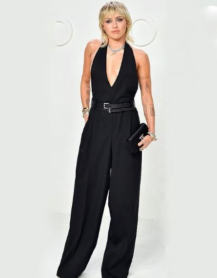 مايلي سايرس في جمبسوت باللون الأسود