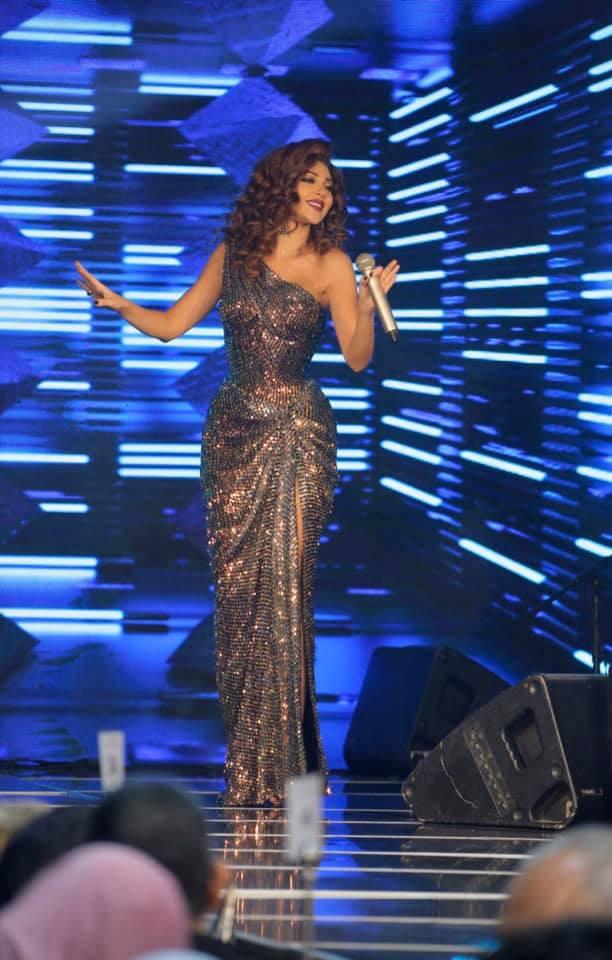 ميريام فارس متألقة على المسرح في فستان براق كتف واحد