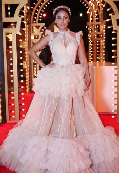 ميس حمدان في فستان مبهرج أبيض