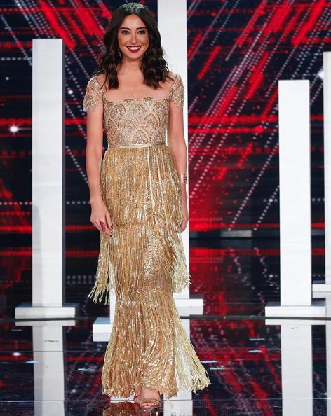 نادين فرج في فستان ذهبي براق مزين بالشراريب