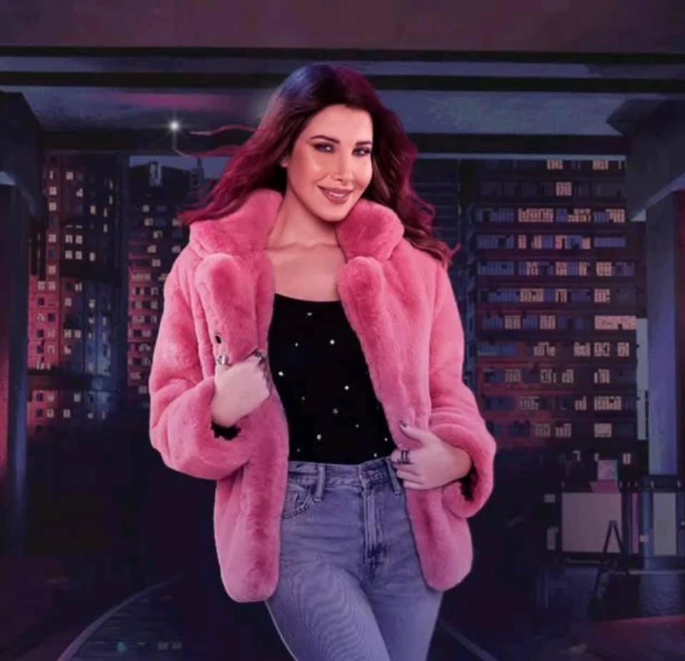 نانسي عجرم في معطف من الفرو الزهري