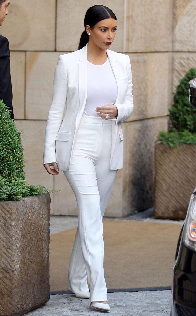 أناقة كيم كارداشيان في بدلة باللون الأبيض