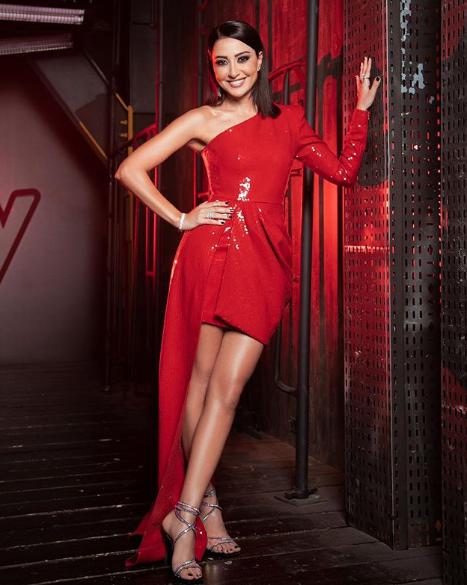 ناردين فرج في فستان أحمر من اليكس بيري