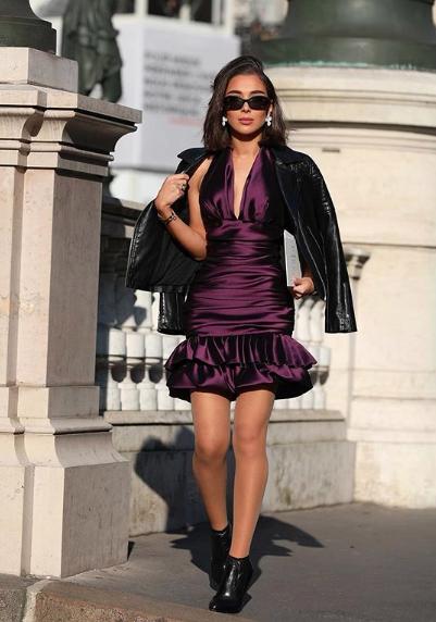 نسقت مرام زبيدة فستان مع جاكيت جلد أسود