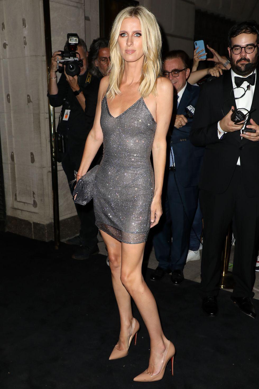 نيكي هيلتون في فستان براق قصير