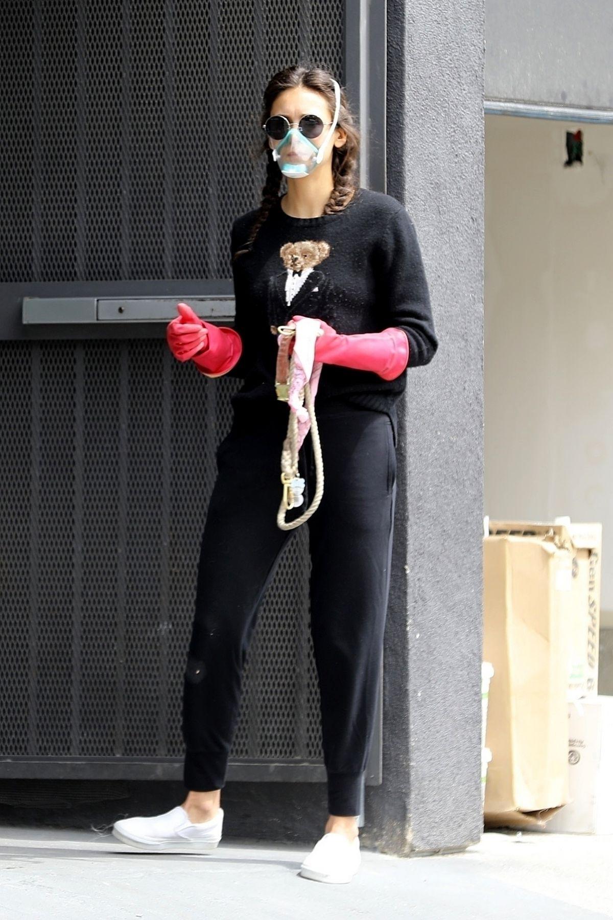 نينا دوبريف في ملابس منزلية مع الكمامة