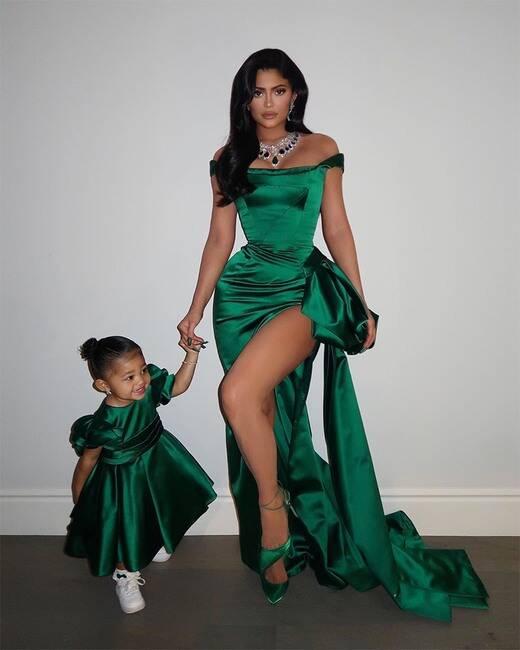 قامت دار رالف أند روسو بتصميم هذها الفساتين لكايلي وابنتها خصوصاً لحفل الكريسماس