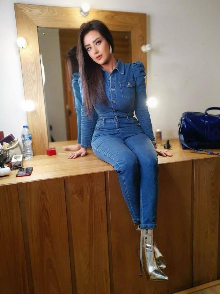 رضوى الشربيني في جمبسوت جينز أزرق