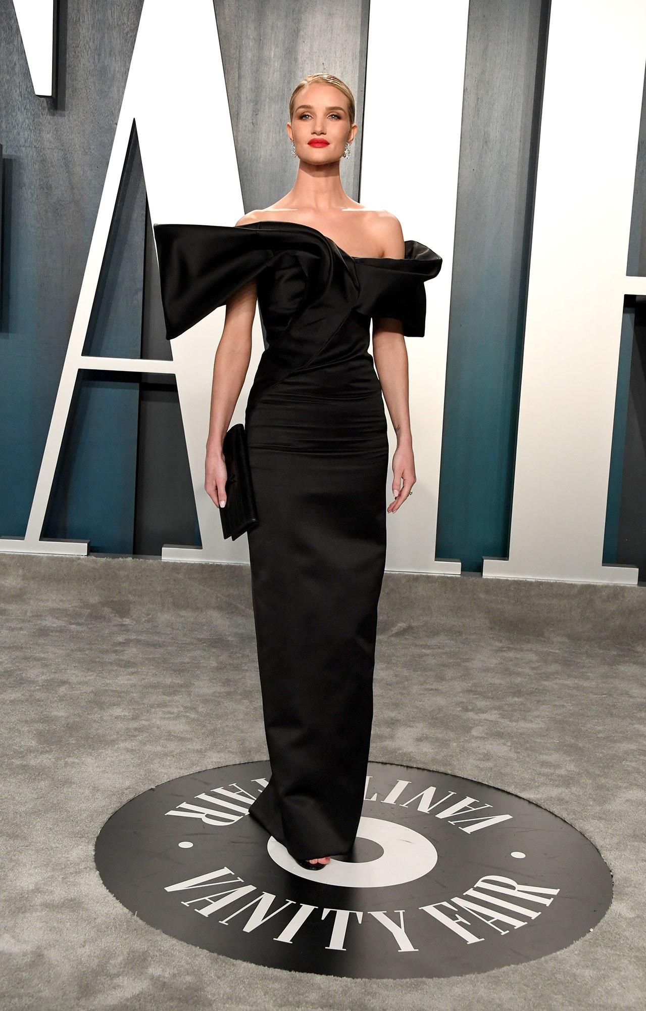 روزي هنتيغتون وايتلي متألقة في فستان أسود من سانت لوران