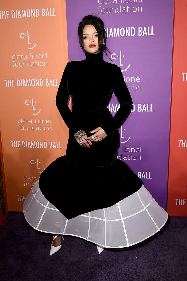ريهانا في فستان أسود من جيفنشي
