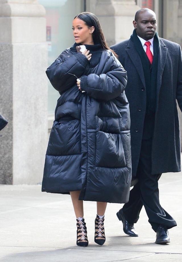 ريهانا في معطف أسود اوفر سايز