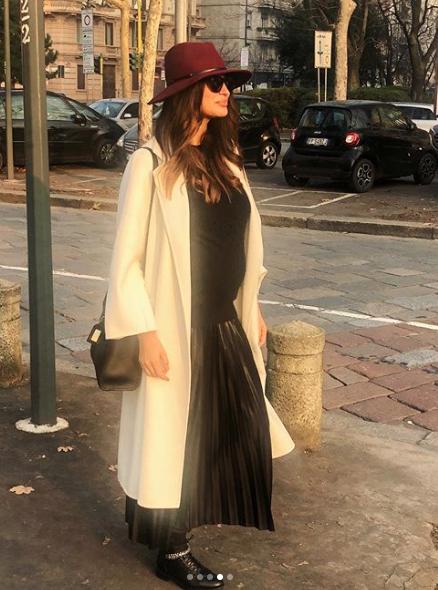 ريم سعيدي نسقت معطف طويل باللون الأبيض