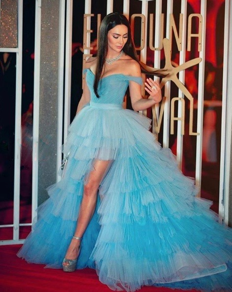 ستيفاني صليبا في فستان كشكش أزرق