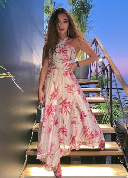 ستيفاني صليبا في فستان ماكسي معرق