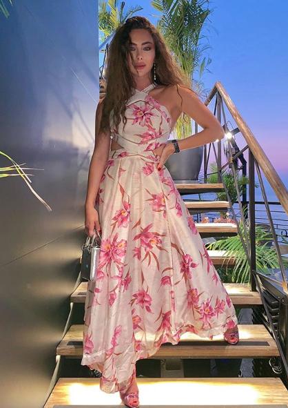 ستيفاني صليبا في فستان صيفي معرق