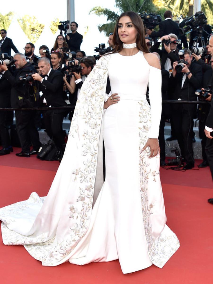 سونام كابور في فستان أبيض لافت من رالف أند روسو