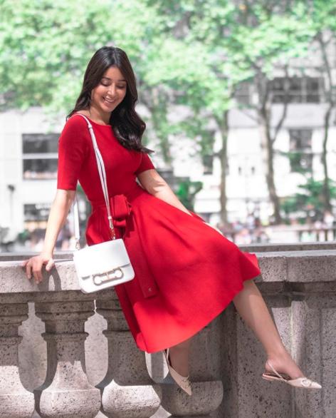 آسيل عمران في فستان ميدي أحمر