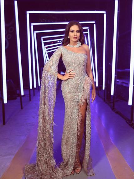 سيرين عبد النور في فستان باللون الفضي البراق