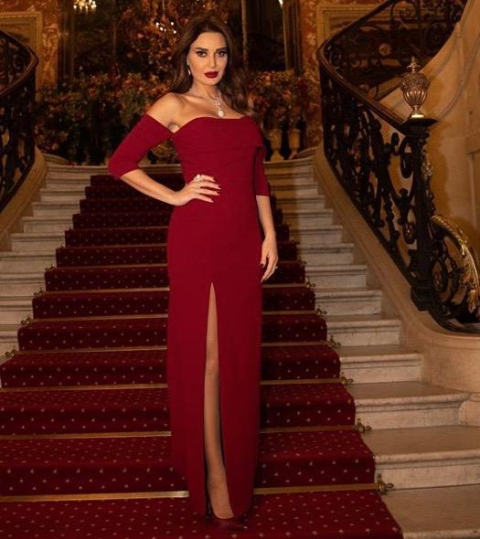 سيرين عبد النور في فستان أحمر اوف شولدرز