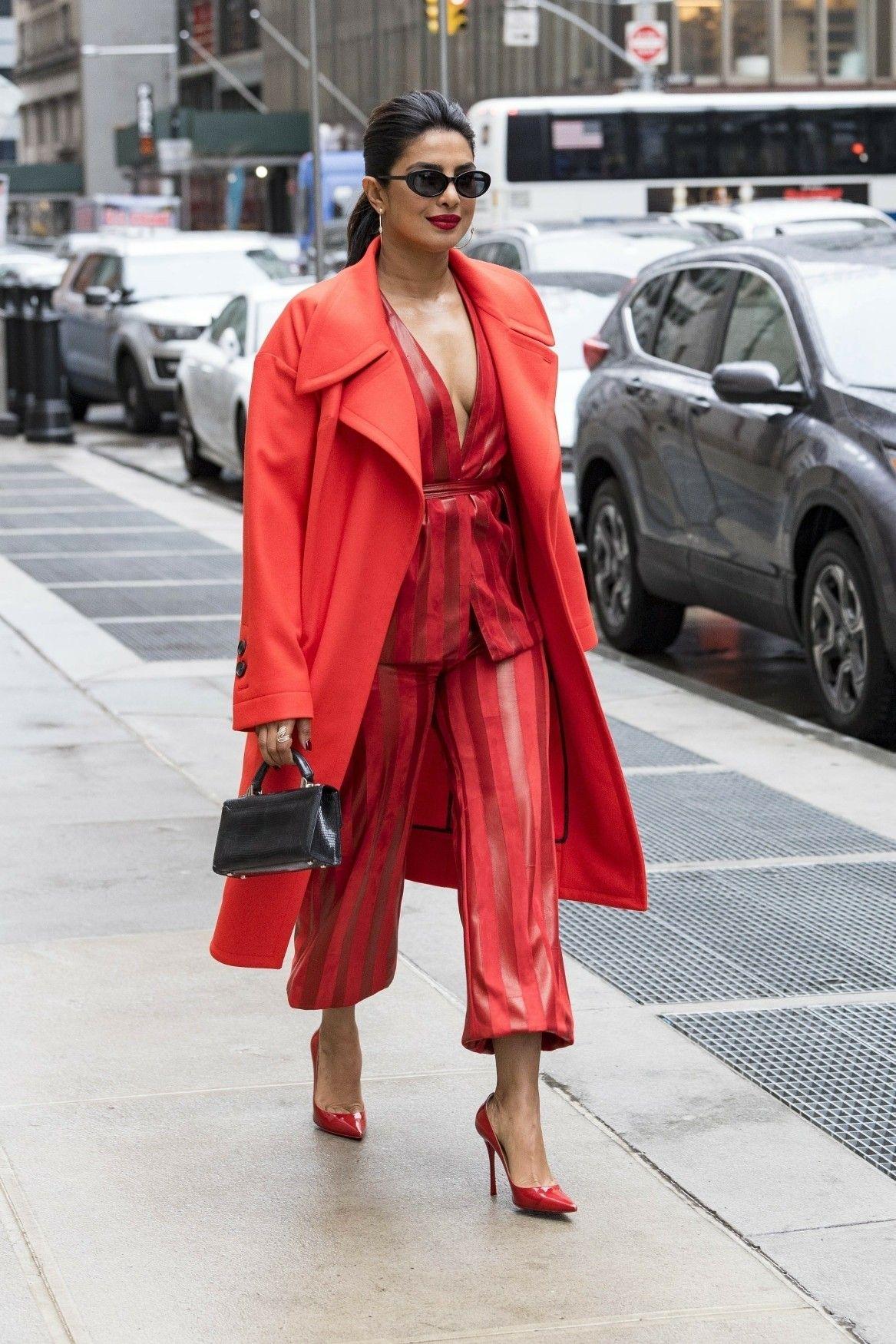 اطلالة باللون الأحمر مع معطف طويل نسقتها بريانكا شوبرا