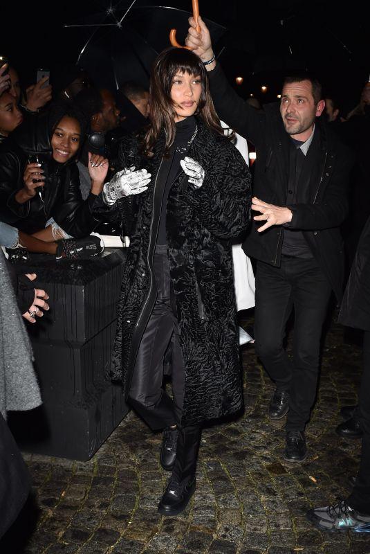 اطلالة باللون الأسود نسقتها بيلا حديد لحضور عرض ديور في باريس