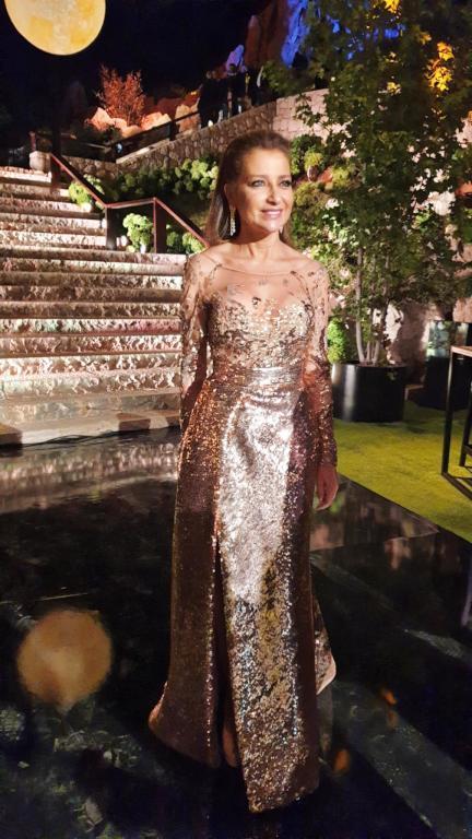 اطلالة براقة في فستان باللون الذهبي تألقت بها كلودين صعب