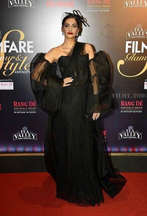 اطلالة دراماتيكية لسونام كابور في فستان سهرة أسود