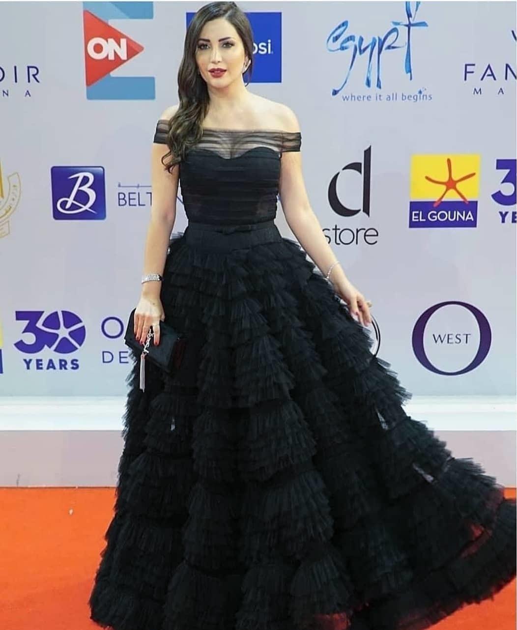اطلالة فاخرة لنسرين طافش في فستان أسود كشكش