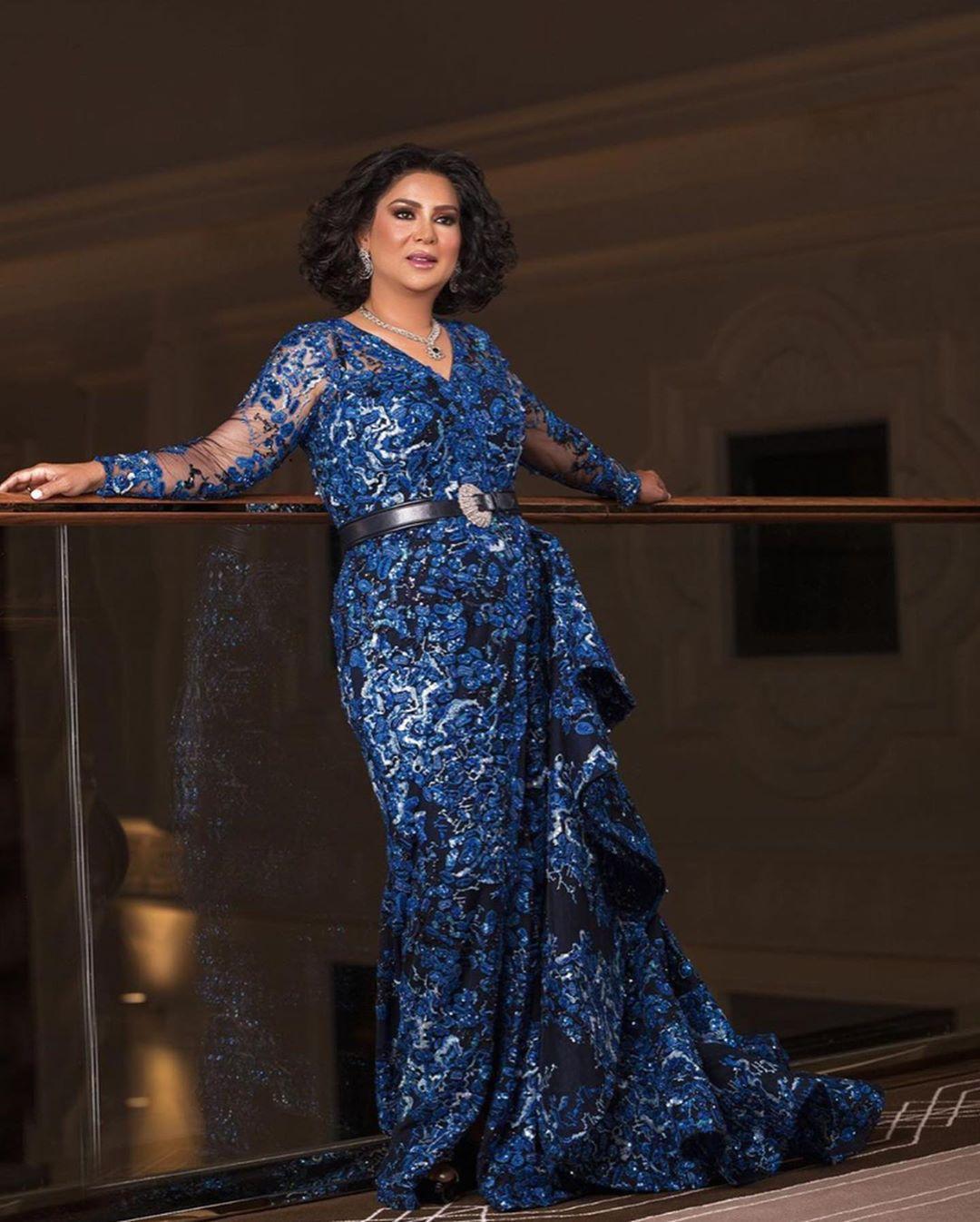 اطلالة فاخرة تألقت بها نوال الكويتية في فستان سهرة أزرق