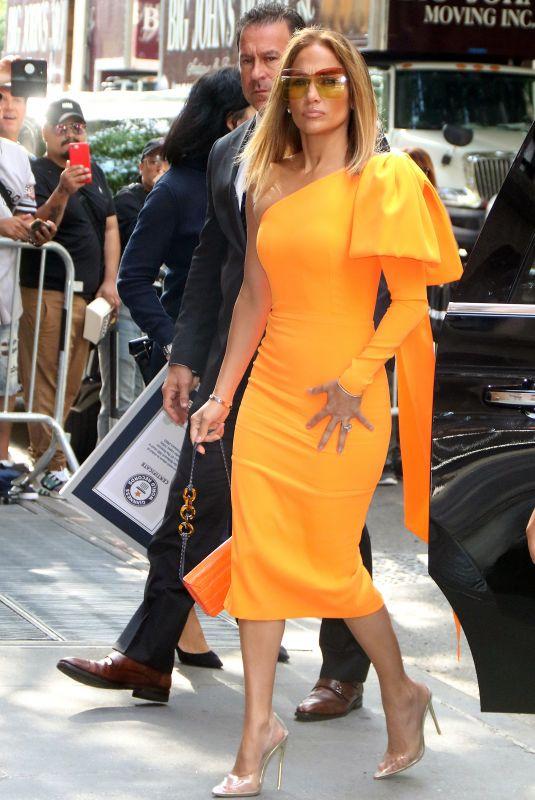 اطلالة لافتة اعتمدتها جينيفر لوبيز في فستان باللون البرتقالي