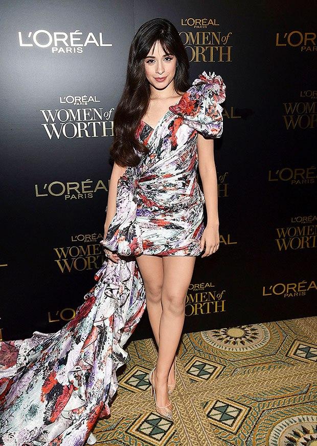 اطلالة مميزة في فستان قصير مورد تألقت بها كاميلا كابيلو