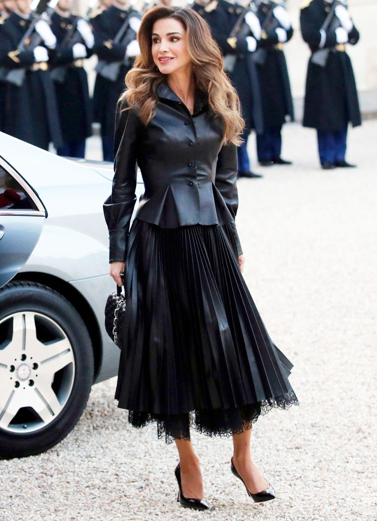 اطلالة من الجلد باللون الأسود تألقت بها الملكة رانيا